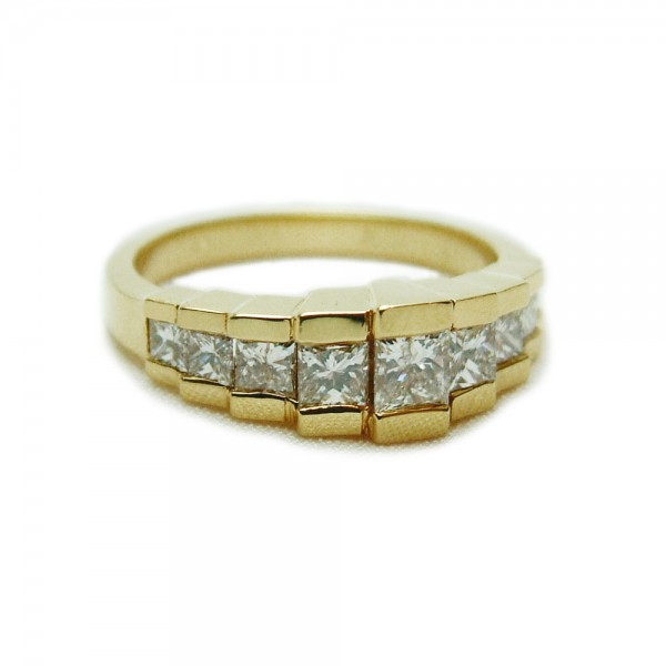 Princess-Cut-Diamond-Pyramid-Ring
