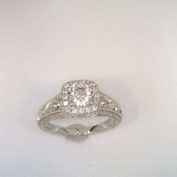round_center_diamond_engagement_ring